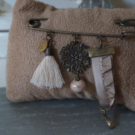 broche épingle pompon ruban beige pampilles