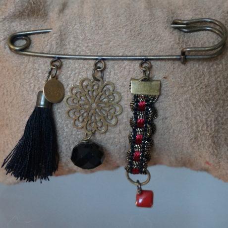 broche épingle pompon ruban noir et rouge pampille