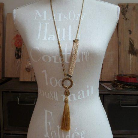 Sautoir haute couture galon chaînes fantaisie et grand pompon doré