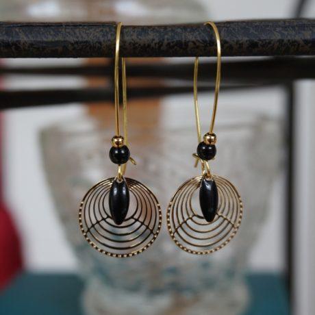 Boucles d'oreilles dorées à l'or fin perles et sequins noirs