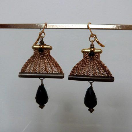 boucles d'oreilles perle à facettes goutte noire et maille vintage or vieilli